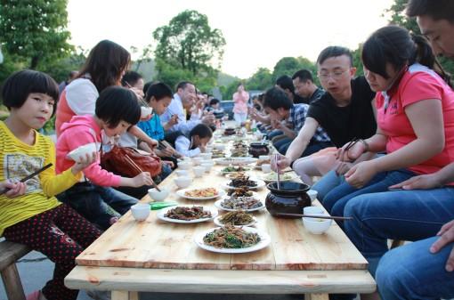 长沙旅游景点石燕湖五一千人合拢宴大受欢迎