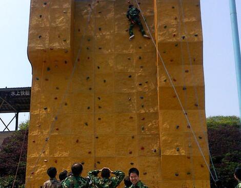 在石燕湖体验攀岩