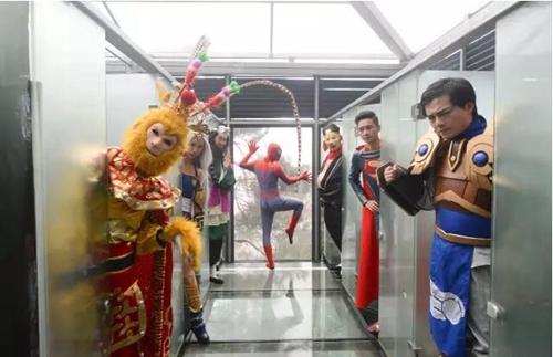 """""""超级英雄""""空降石燕湖,大闹玻璃厕所!"""