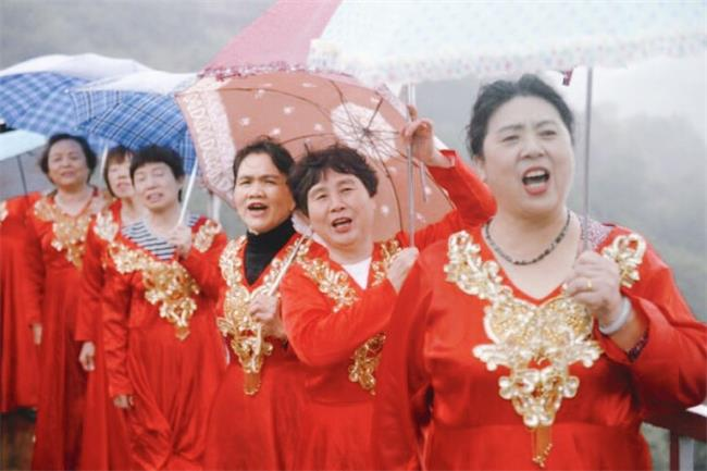 重阳佳节丨石燕湖天空玻璃廊桥上唱响最美《夕阳红》