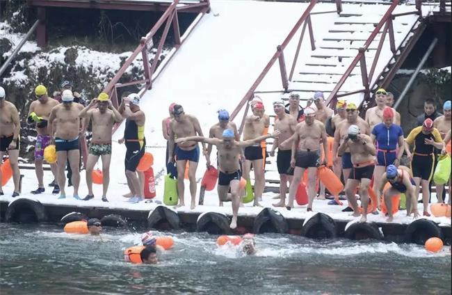 -3℃ ! 冰雪中横渡石燕湖 ,他们用冬泳喜迎2019!最长者85岁!