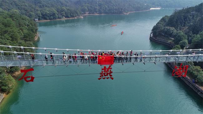 《我和我的祖国》水陆空万人快闪唱响石燕湖,一份最热情的告白!