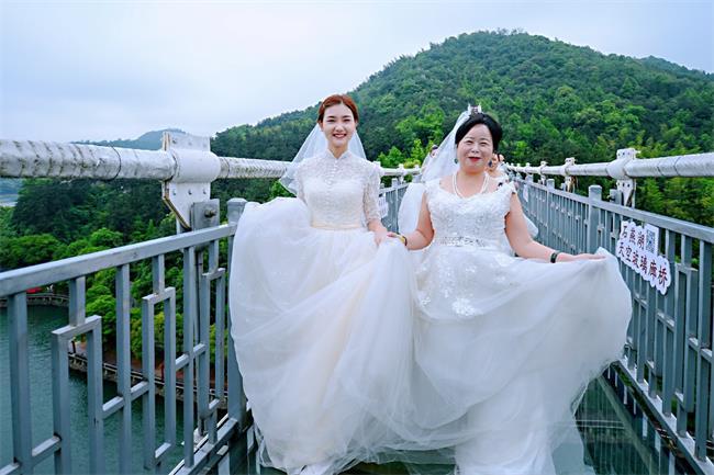 """围观丨首批拍摄石燕湖玻璃廊桥母女婚纱照""""新鲜出炉""""!"""