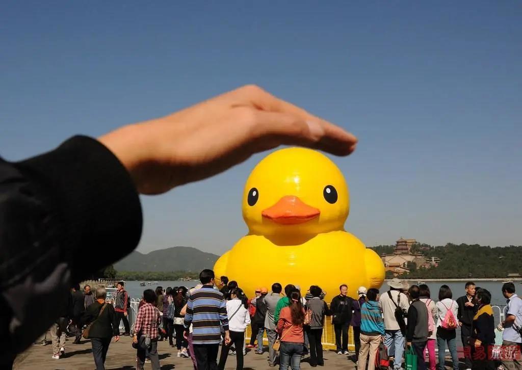 快看!风靡世界的大黄鸭六一来石燕湖啦!还有网红玩具免费领!