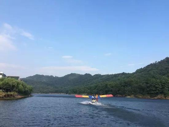 石燕湖准备起飞的水上飞机