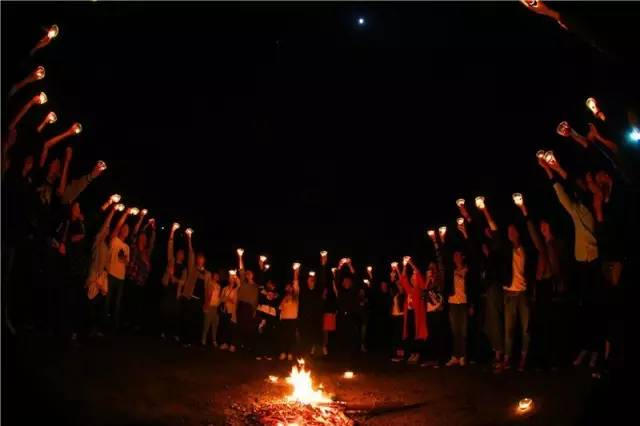 石燕湖放烛心愿