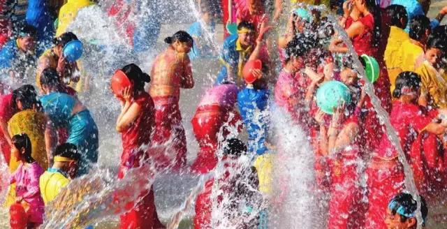 盛夏里的酷爽,乏闷里的狂欢,来石燕湖疯狂泼水节