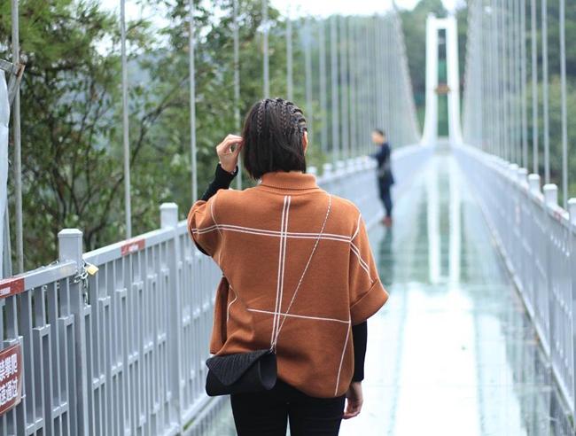 你在橋上看風景,看風景的人在橋上看你,一張美麗的背影照來咯,好啦